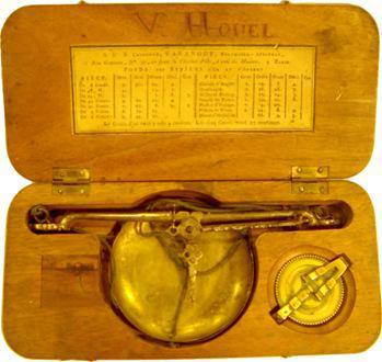 Boîte avec trébuchet et pile à godets, de chez Varangot, à l'E couronné, début XIXe s., Paris