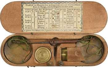 Boîte de pesage monétaire, fin XVIIIe s., avec sa table des monnaies